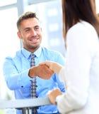 Homem de negócios que agita as mãos para selar um negócio Foto de Stock