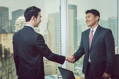 Homem de negócios que agita a mão com seu sócio foto de stock royalty free