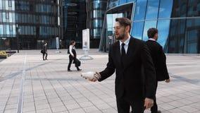 Homem de negócios que agita a mão do palhaço do sócio filme