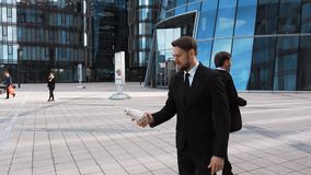 Homem de negócios que agita a mão falsificada do sócio filme