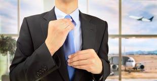 Homem de negócios que ajusta o seu laço Foto de Stock Royalty Free