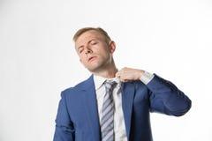 Homem de negócios que ajusta seu colar como sente quente foto de stock royalty free