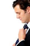 Homem de negócios que ajusta seu laço Imagem de Stock Royalty Free