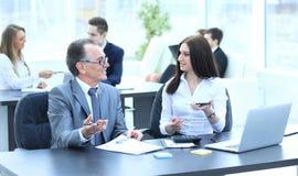 Homem de negócios que analisa cartas do investimento, do orçamento e da renda em seu local de trabalho imagem de stock royalty free