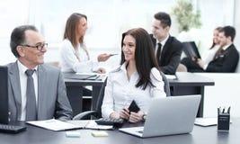 Homem de negócios que analisa cartas do investimento, do orçamento e da renda em seu local de trabalho imagens de stock