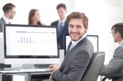 Homem de negócios que analisa gráficos econômicos no escritório imagem de stock royalty free