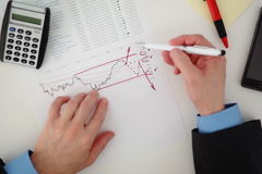 Homem de negócios que analisa o mercado de valores de ação Fotos de Stock Royalty Free