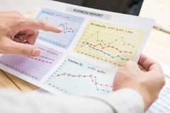 Homem de negócios que analisa o relatório financeiro com portátil contabilidade Fotos de Stock Royalty Free