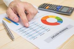 Homem de negócios que analisa o relatório financeiro na tabela contabilidade Fotografia de Stock