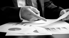 Homem de negócios que analisa um grupo de gráficos foto de stock royalty free