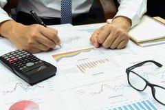 Homem de negócios que analisam o relatório sumário e financeiro Fotos de Stock Royalty Free