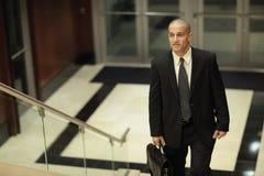 Homem de negócios que anda acima das escadas fotos de stock royalty free