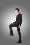 Homem de negócios que anda acima em escadas imagem de stock royalty free