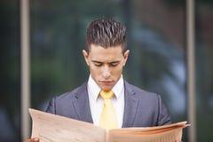 Homem de negócios que anda ao lado de seu escritório Fotos de Stock