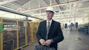 Homem de negócios que anda através da oficina da fábrica vídeos de arquivo