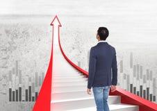 homem de negócios que anda em escadas vermelhas da seta com gráficos Imagem de Stock Royalty Free