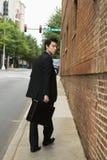 Homem de negócios que anda na cidade. Imagens de Stock