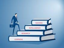 Homem de negócios que anda na etapa da escada feita dos livros ao sucesso Escadaria ao sucesso Foto de Stock Royalty Free