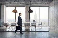 Homem de negócios que anda na sala de reunião Fotos de Stock