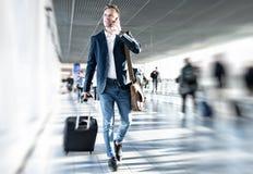Homem de negócios que anda no aeroporto imagens de stock
