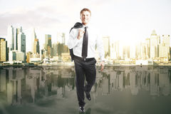 Homem de negócios que anda no fundo da cidade Imagens de Stock Royalty Free