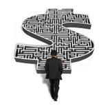 Homem de negócios que anda para o labirinto da forma do dinheiro 3d Fotografia de Stock Royalty Free