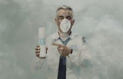 Homem de negócios que anuncia um purificador do ar do pulverizador foto de stock royalty free