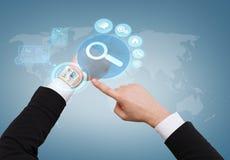 Homem de negócios que aponta ao relógio virtual em sua mão Fotografia de Stock