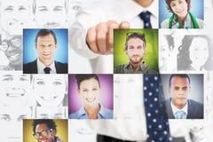 Homem de negócios que aponta na relação digital que apresenta o PIC do perfil Fotografia de Stock Royalty Free