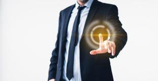 Homem de negócios que aponta na tela virtual - tecnologia no conceito do negócio imagem de stock royalty free