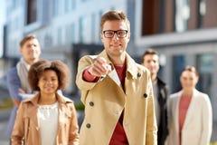 Homem de negócios que aponta o dedo sobre povos na rua Fotografia de Stock