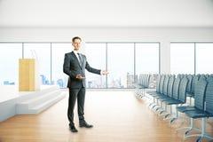 Homem de negócios que apresenta algo Fotografia de Stock