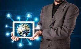 Homem de negócios que apresenta o globo da terra 3d na tabuleta Imagem de Stock Royalty Free