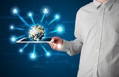 Homem de negócios que apresenta o globo da terra 3d na tabuleta Imagem de Stock