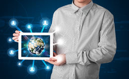 Homem de negócios que apresenta o globo da terra 3d na tabuleta Foto de Stock Royalty Free