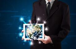 Homem de negócios que apresenta o globo da terra 3d na tabuleta Fotos de Stock Royalty Free