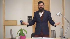 Homem de negócios que apresenta o projeto novo Líder da equipe que dá a apresentação Treinamento da empresa, fazendo a ofert filme