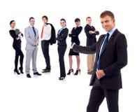 Homem de negócios que apresenta sua equipe imagens de stock