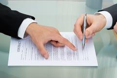Homem de negócios que assina no contrato Imagens de Stock Royalty Free