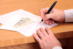 Homem de negócios que assina um contrato fotografia de stock