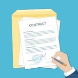 Homem de negócios que assina um contrato Equipe a mão com pena, original e envelope O processo de acordo financeiro do negócio Fotografia de Stock Royalty Free