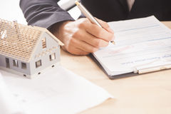 Homem de negócios que assina uma hipoteca Foto de Stock