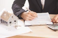 Homem de negócios que assina uma hipoteca Imagem de Stock