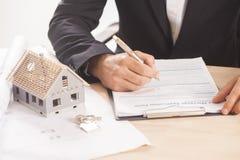 Homem de negócios que assina uma hipoteca Imagem de Stock Royalty Free