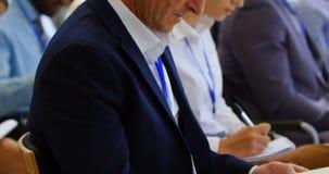 Homem de negócios que atende a um seminário 4k do negócio vídeos de arquivo