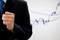 Homem de negócios que aumenta seu punho do sucesso Fotos de Stock