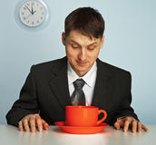 Homem de negócios que bebe um café muito forte e quente imagem de stock royalty free