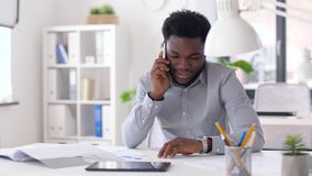 Homem de negócios que chama o smartphone no escritório filme