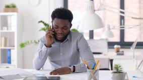 Homem de negócios que chama o smartphone no escritório video estoque