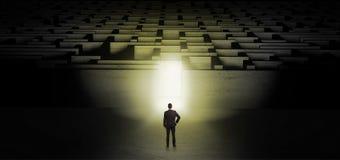 Homem de negócios que começa um desafio escuro do labirinto imagens de stock